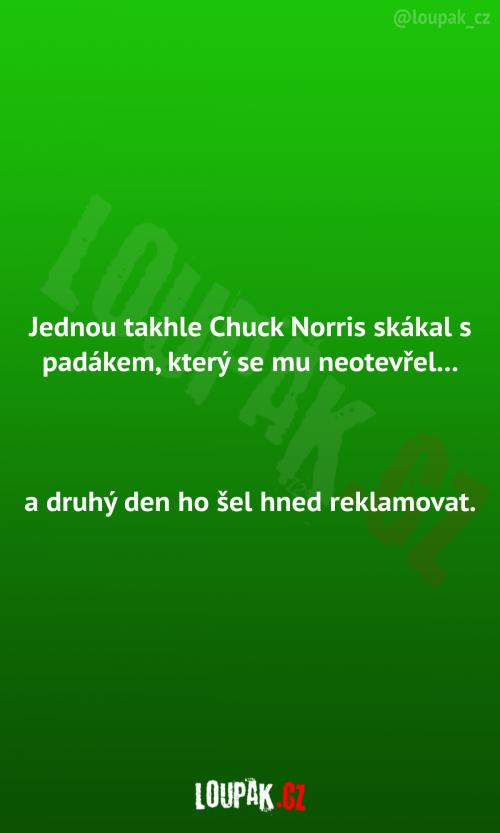 Chuck Norris skákal s padákem