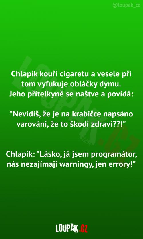 Chlapík kouří cigaretu