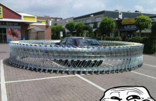 auto obkrouženo nákupními košíky