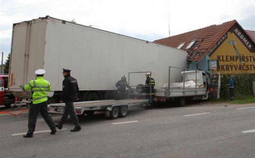 Kamion vs dům
