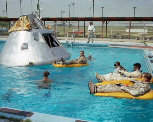 Astronauti v bazénu