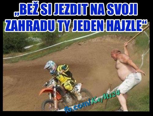 Když ti motorkář jezdí po zahradě