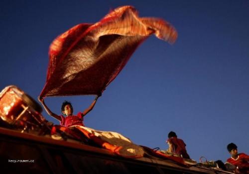 Foto tyzdna  India  Moslimske dievca susi uterak na streche autobusu