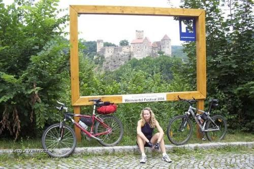 billboard s hradem
