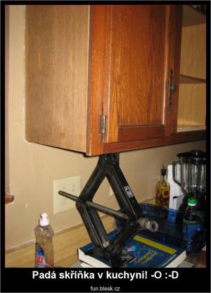 Padá skříňka v kuchyni!