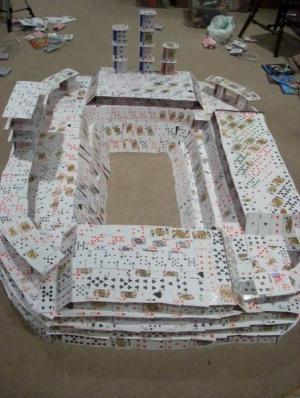 Stadion postavený z karet