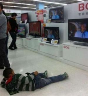 Sledování TV při nakupování
