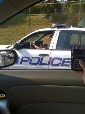 Policajt píše smsku