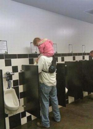 Táta s prckem na záchodě