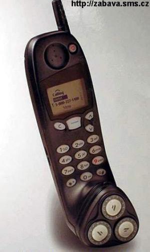 Praktický telefon s holícím strojkem