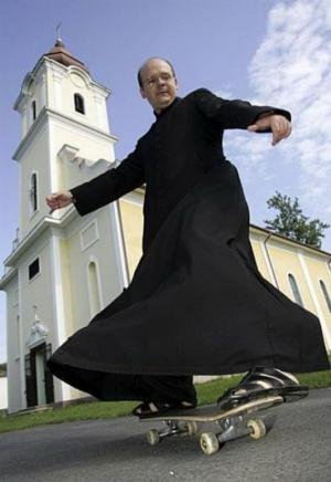 Kněz na skateboardu