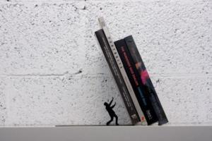 Stojánek na padající knihy