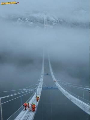 Norský most v oblacích.
