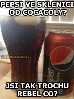 Pepsi ve sklenici od Cocacoly