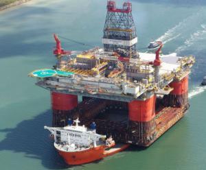 Loď táhnoucí ropnou plošinu