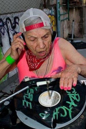 Bába jako DJ