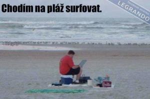 Chodím na pláž surfovat