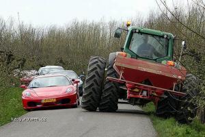 superrychlej traktor
