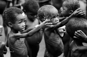 placte za miliony hladovych v Africe noobove