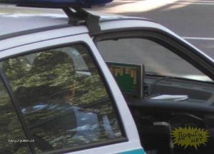 policie si vyklada karty