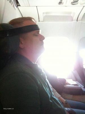 pomucka pro spani v letadle