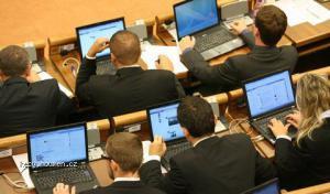 poslanci Snarodnej rady SaS a ich fejsbuk pocas Eurovalu