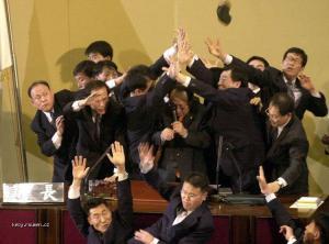 v parlamentu je veselo