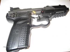 kdyz bouchne sama pistole