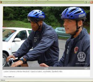 luda v modni helme na kole