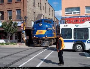 vlak ve meste