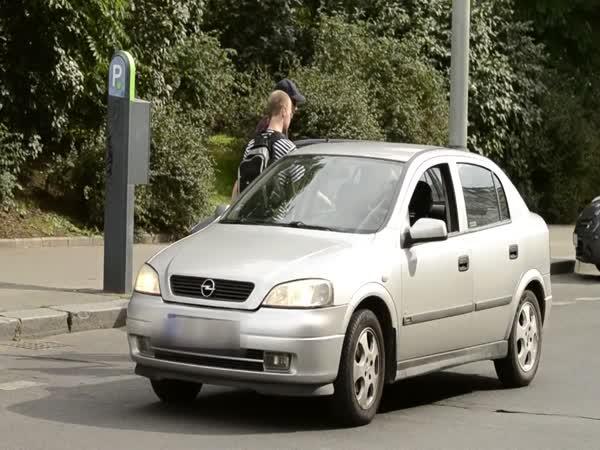 Slepec za volantem