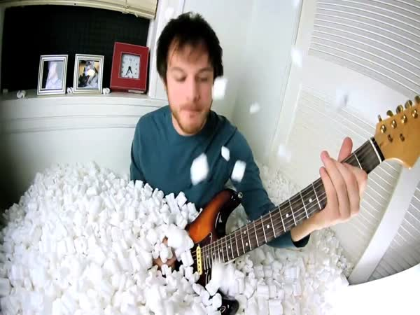 Kytarista, který hraje pozpátku