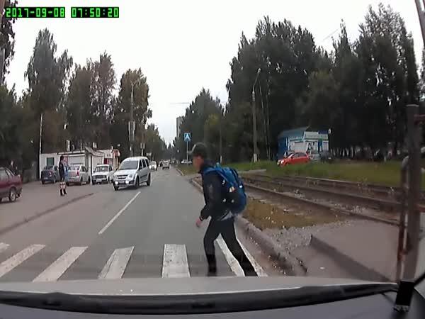 Řidička porazila chlapce v protisměru