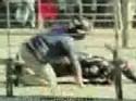 Motocyklista sražen autobusem