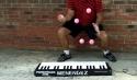 Borec - Hraní na piano žonglováním