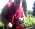 Američan stříhá živý plot