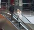 Blondýnka vs. eskalátory