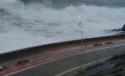 Gigantické vlny u malé cesty