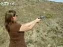 Žena s revolverem