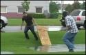Idiot - Surfování na dřevěném prknu
