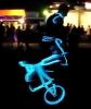 Svítící borec na kole