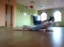 Kočka cvičí s paničkou jógu