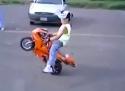 Dítě si dáva stunt na motorce