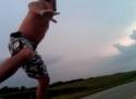 Blbec - Surfování na silnici