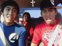Mladí asiaté si zpívají při cestě autem