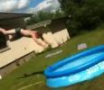 Skok ze střechy do dětského bazénku