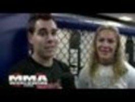 Reportér a zápasnice MMA