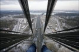 Lezení po lanovém mostě v Moskvě