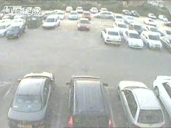 Člověk bez odhadu na parkovišti