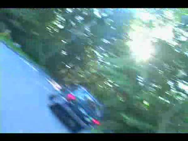 Skejťáci a žena v autě